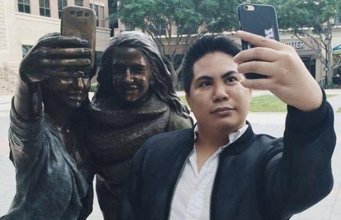 В Техасе установили памятник селфи