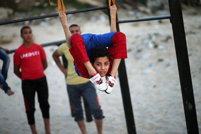 Невероятно гибкий мальчик из Газы по прозвищу Человек-паук