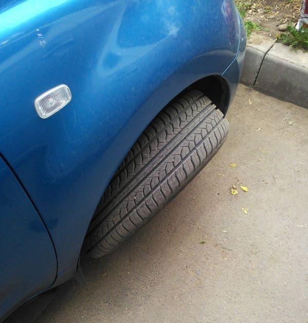 Попытка снять колеса с авто закончилась провалом