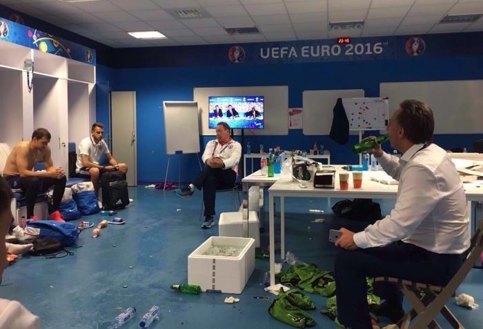 Министр спорта Виталий Мутко выпил пива с футболистами сборной России