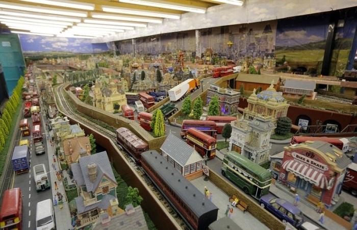 Британский пенсионер собрал модель железной дороги, оценивающуюся в 250 000 ...