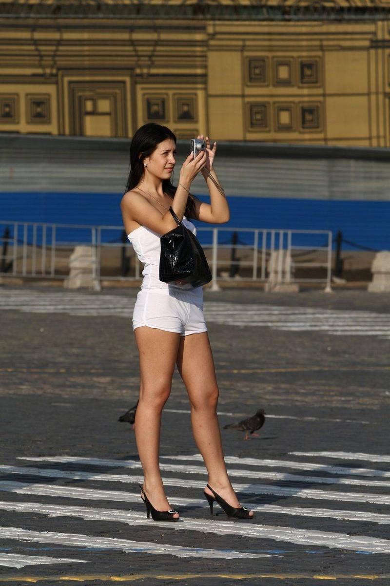 смотреть как голая красивая женщина гуляет на улице фото лучше