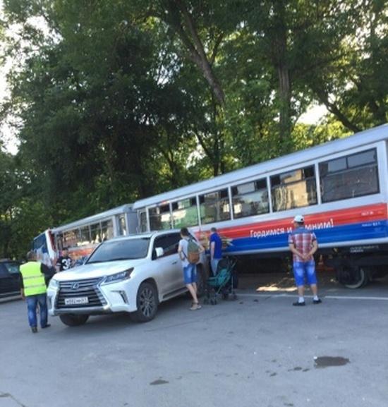 В Ростове детский поезд врезался в Lexus