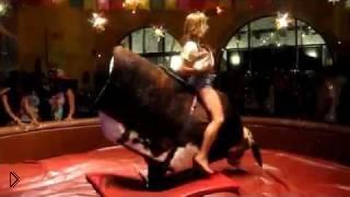 Молодая девушка обуздала механического быка