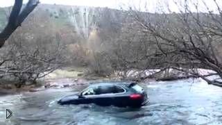Неудачная попытка водителя переплыть реку на Кайене