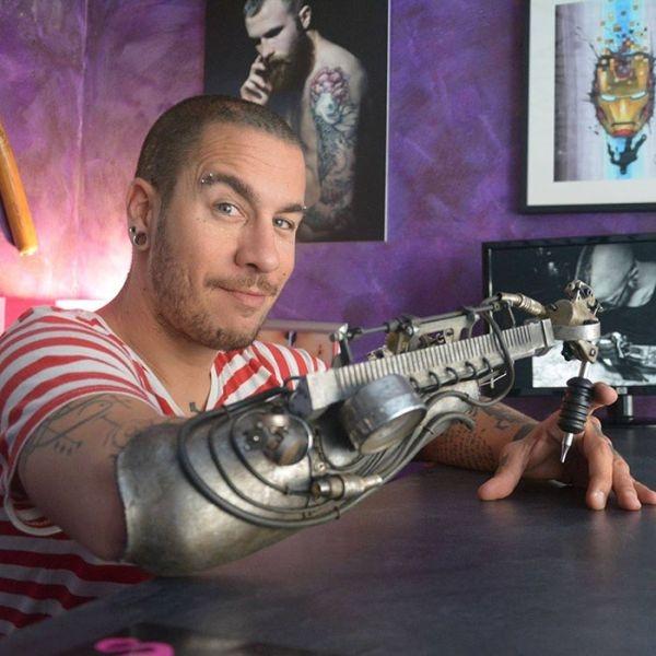 Тату-мастер получил протез со встроенной тату-машинкой