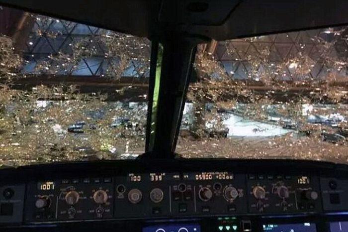 Пассажирский самолет попал под град