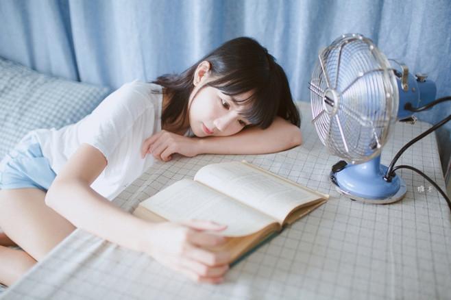 Молодая китаянка выбрала не ту книгу для фотосета