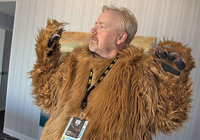 Медведь из фильма «Выживший» с трупом Леонардо Ди Каприо на фестивале Comic ...
