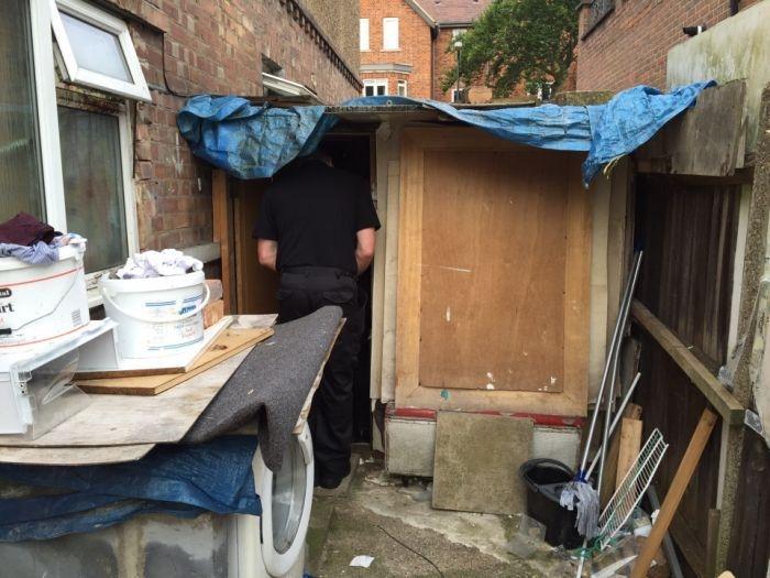 Британец соорудил во дворе дома прибыльную общагу для беженцев