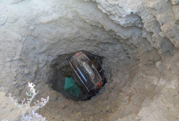 В Крыму автомобиль застрял в скале над морем