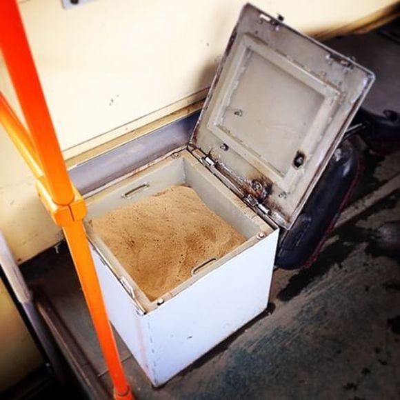 Для чего нужны эти ящики с песком в салоне трамвая?