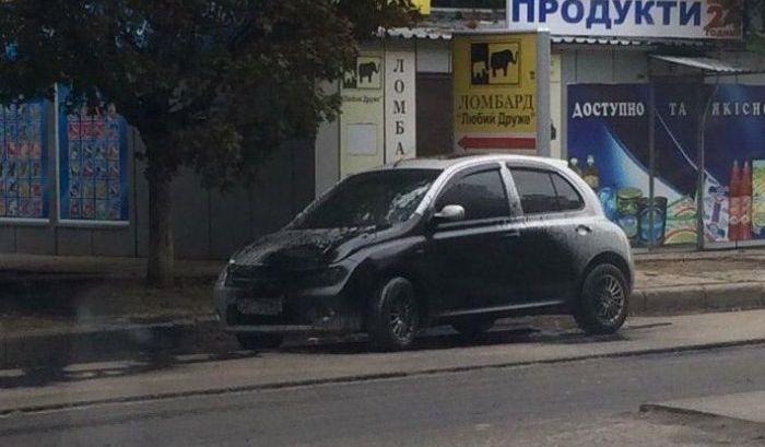 В Харькове дорожники облили битумом припаркованные автомобили
