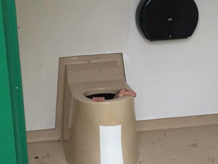 В Норвегии парень полез в общественный туалет за упавшим телефоном