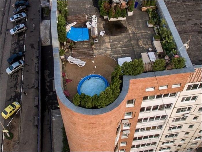 Житель Подмосковья обустроил зону отдыха на крыше многоэтажки