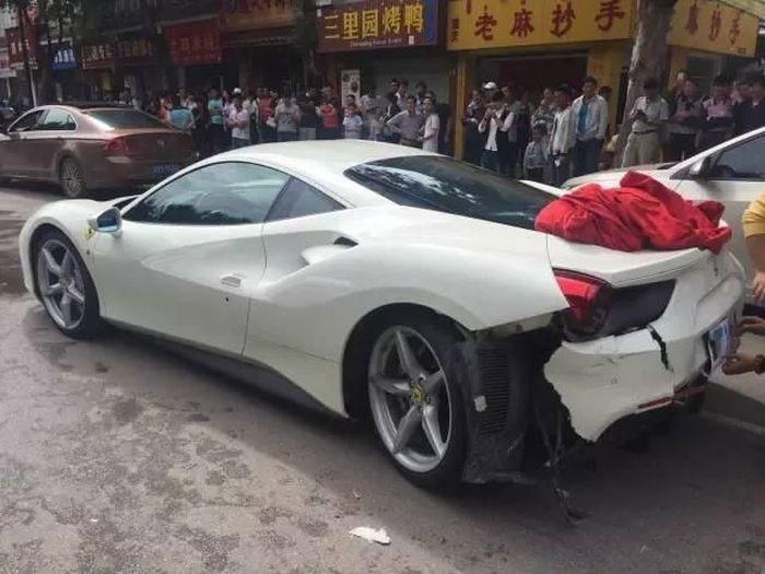 Пытаясь спасти щенка, китайцы разбили два суперкара Ferrari