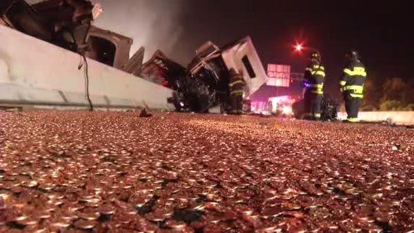 Перевернувшийся грузовик высыпал на трассу 18 тонн мелочи