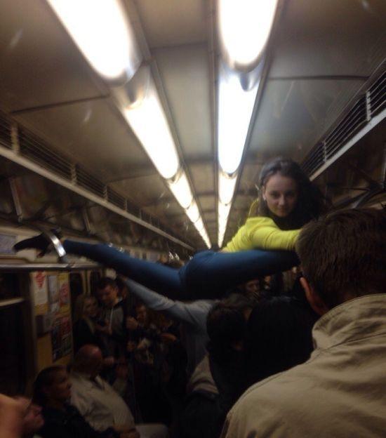 В минском метро девушка села на шпагат между поручнями