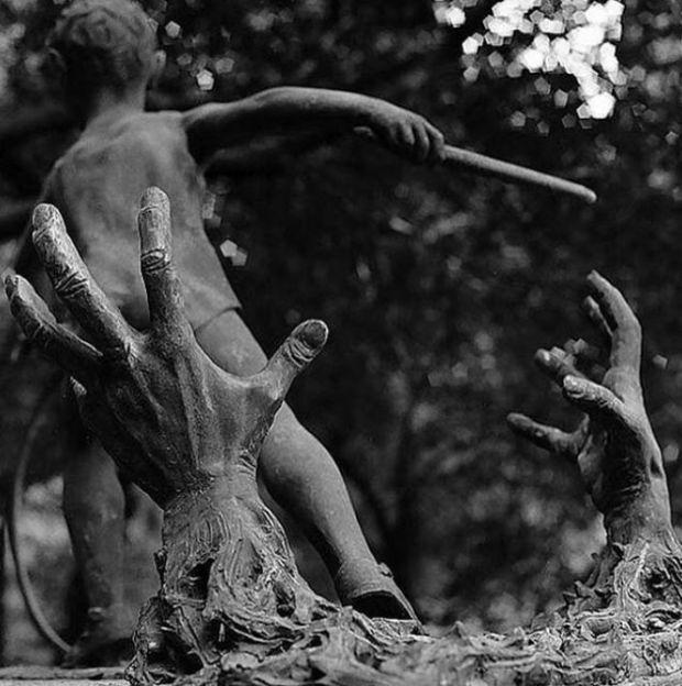 Жуткие кладбищенские статуи