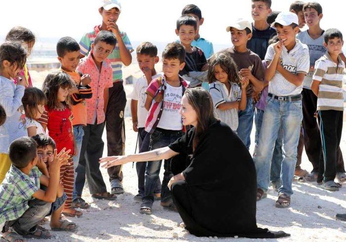 Анжелина Джоли оказалась в центре скандала из-за посещения лагеря беженцев  ...