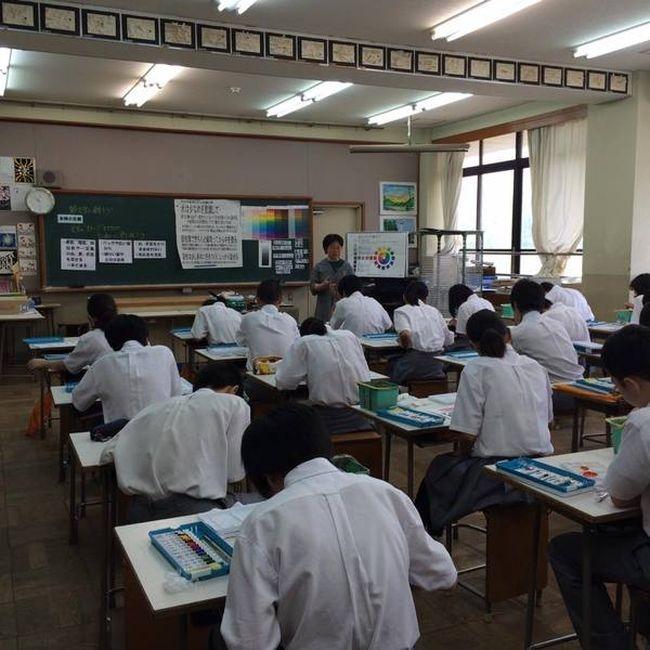 Как проходят уроки рисования в обычной японской школе