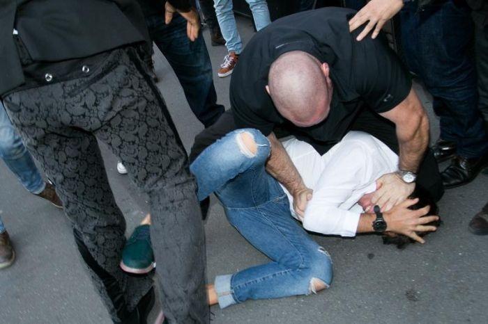 Украинский пранкер и журналист поцеловал ягодицы Ким Кардашьян