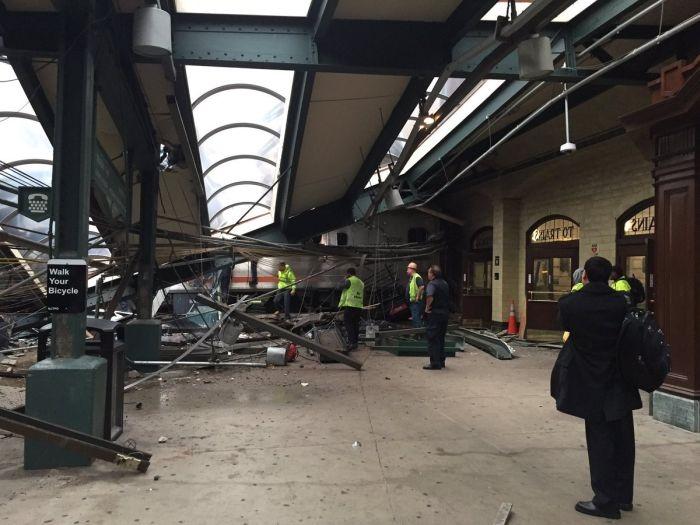 В Нью-Джерси поезд сошел с рельс и врезался в здание вокзала