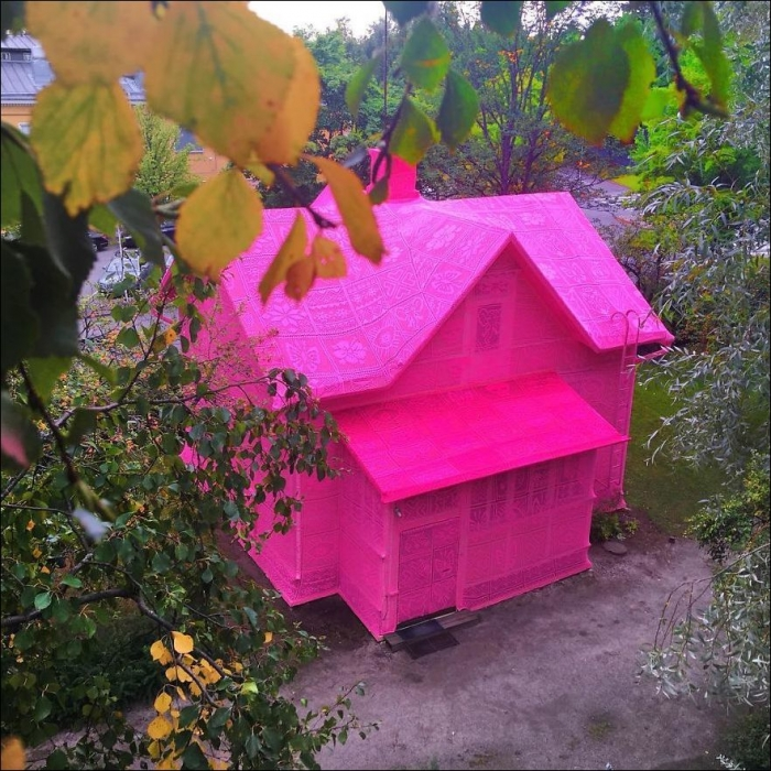 Розовый чехол для старого дома