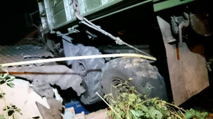 В Харькове грузовик приземлился на крышу дома