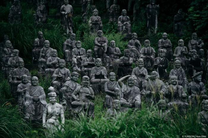 Японский парк с сотнями статуй