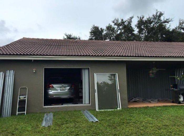 Хозяин спрятал автомобиль от урагана «Мэтью» в гостиной