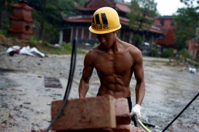 Китайский строитель находит время, чтобы тренироваться прямо на рабочем мес ...