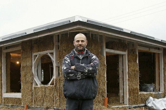 Во Владикавказе бизнесмен строит дом из соломы