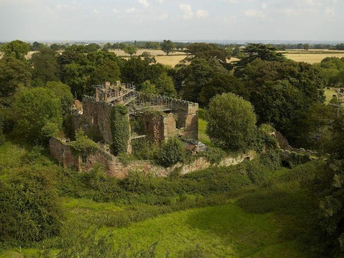 Современный дом в развалинах старого замка в Великобритании