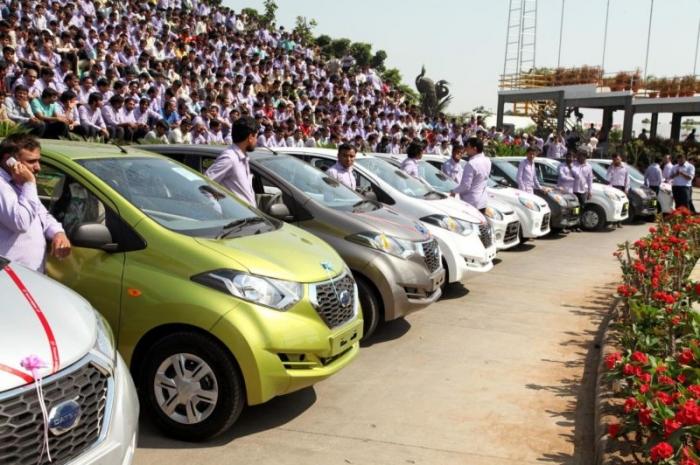 Индийский предприниматель подарил сотрудникам своей компании 1260 машин и 4 ...