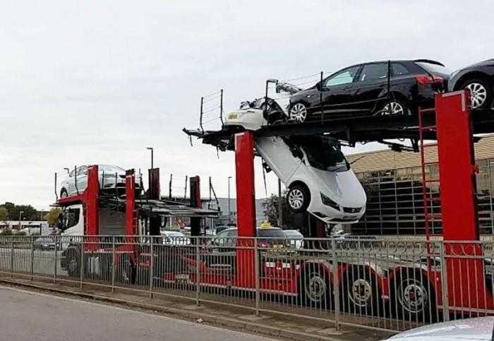 Водитель автовоза разорвал пополам легковушку, пытаясь проскочить под мосто ...