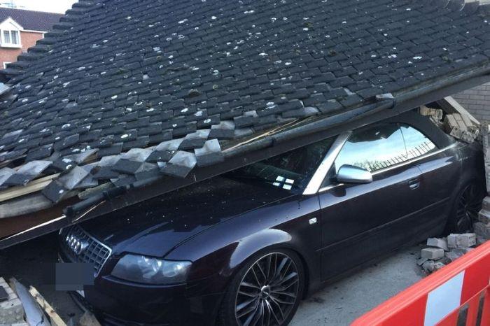 Водитель мусоровоза обрушил на кабриолет Audi S4 крышу парковки