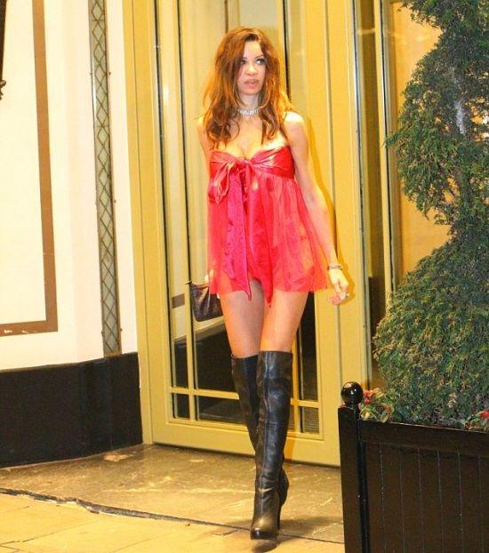 Модель Алишия Даувалл выбрала не самый строгий наряд для вечеринки