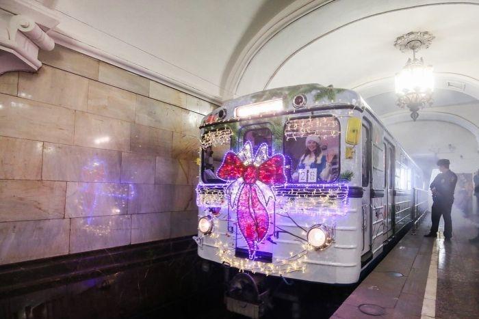 В московском метро запустили новогодний поезд