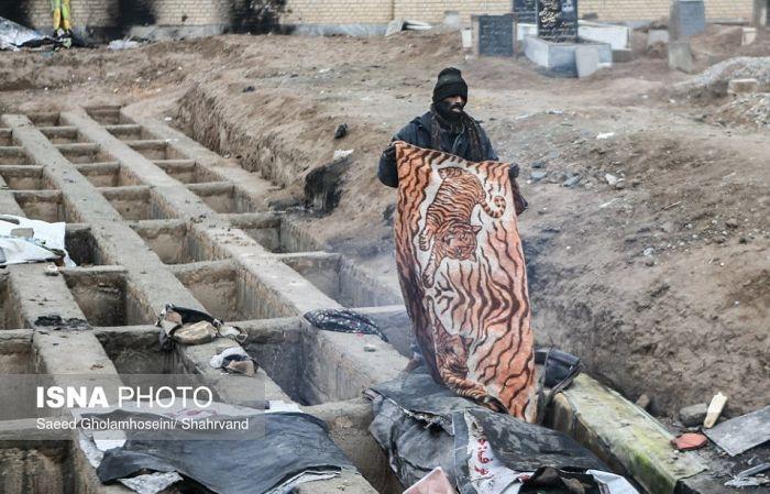 В Иране десятки бездомных вынуждены жить в могилах