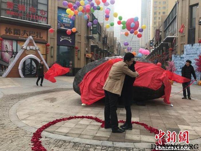 Китаец сделал предложение своей девушке и подарил ей 33-тонный камень