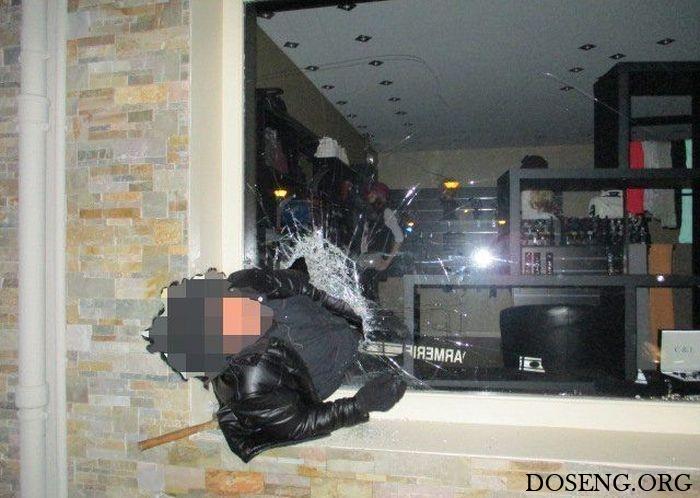 Во Франции грабитель застрял в витрине ювелирного магазина