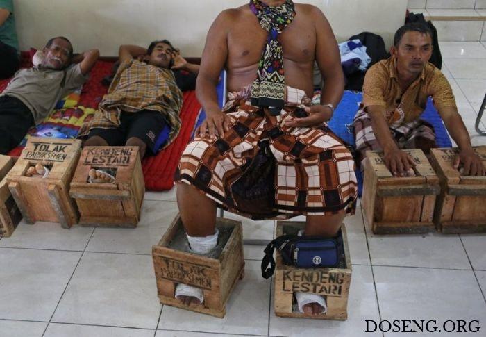 Около 50 жителей Индонезии зацементировали ноги в знак протеста