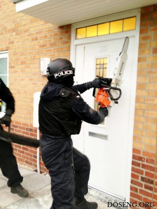 Полицейские оставили после себя необычный пролом в двери