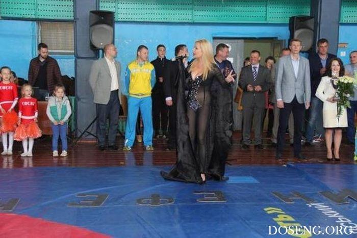 Украинская певица Лора Суперфин в откровенном наряде на детском турнире