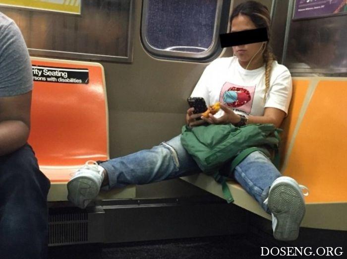 Женщины повторяют поведение мужчин в общественном транспорте