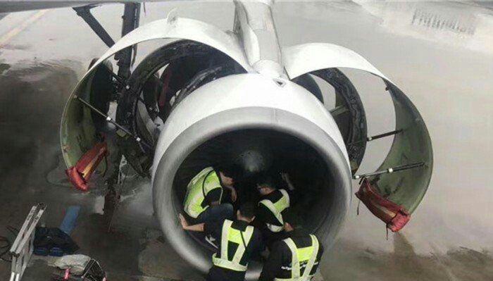 Старушка бросила горсть монет в двигатель самолета на удачу