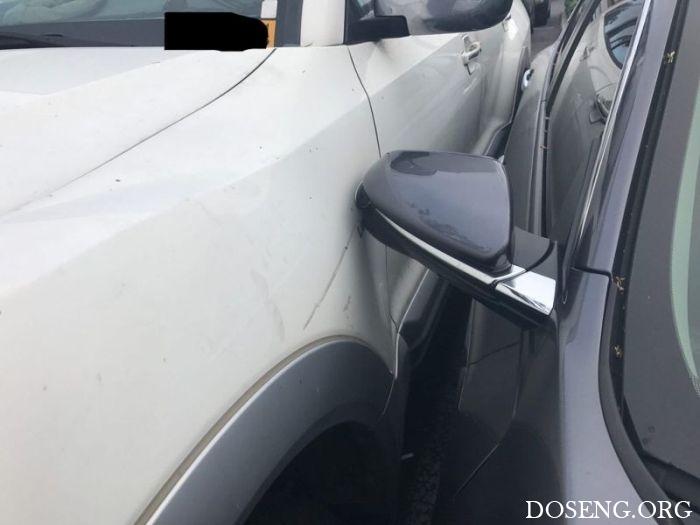 Водитель сумел втиснуть свой автомобиль