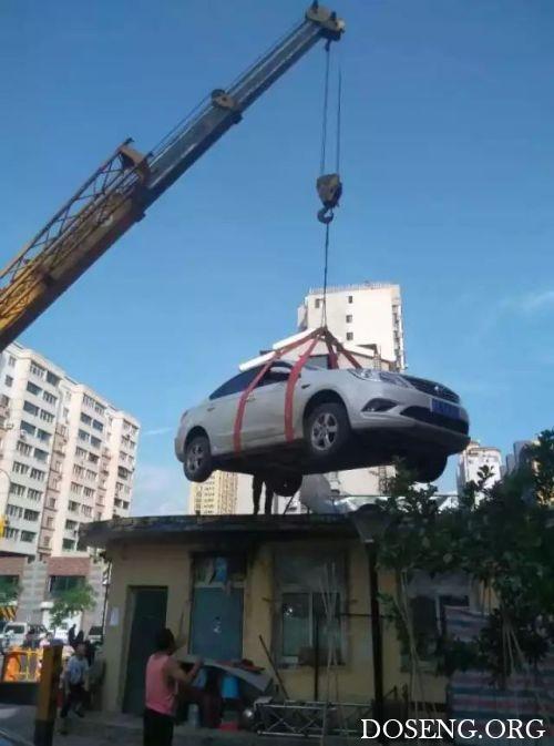 Жильцы дома проучили автоледи за наглую парковку
