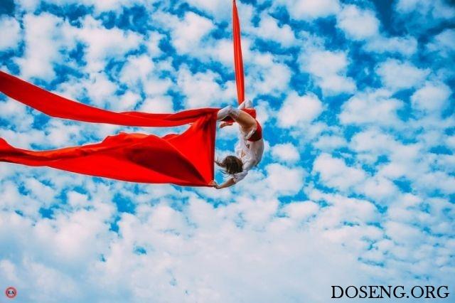 10 гимнасток устроили эффектную фотосессию с подъемным краном